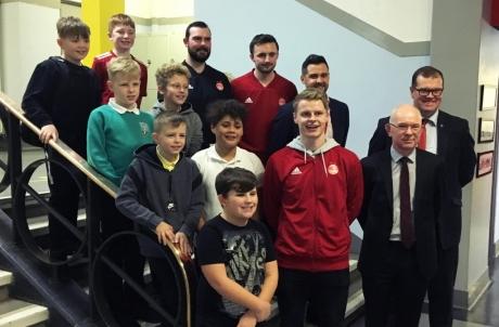 University of Aberdeen Principal, Professor George Boyne (bottom row far right) alongside Aberdeen FC star Gary Mackay-Steven, members of Aberdeen FC Community Trust and pupils from Tullos Primary School